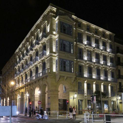 NOCTURNO. FACHADA ILUMINADA DEL NUEVO HOTEL ARBASO SS, a 20200124. JOSE USOZ.